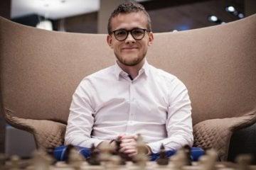 Michał Kanarkiewicz gra w szachy